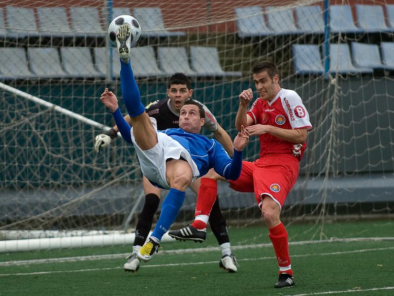 Chilena de un jugador de la UDA Gramenet jugando contra el Ibiza