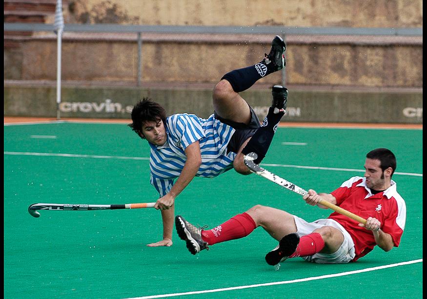 jugadores de hockey hierba en plena acción