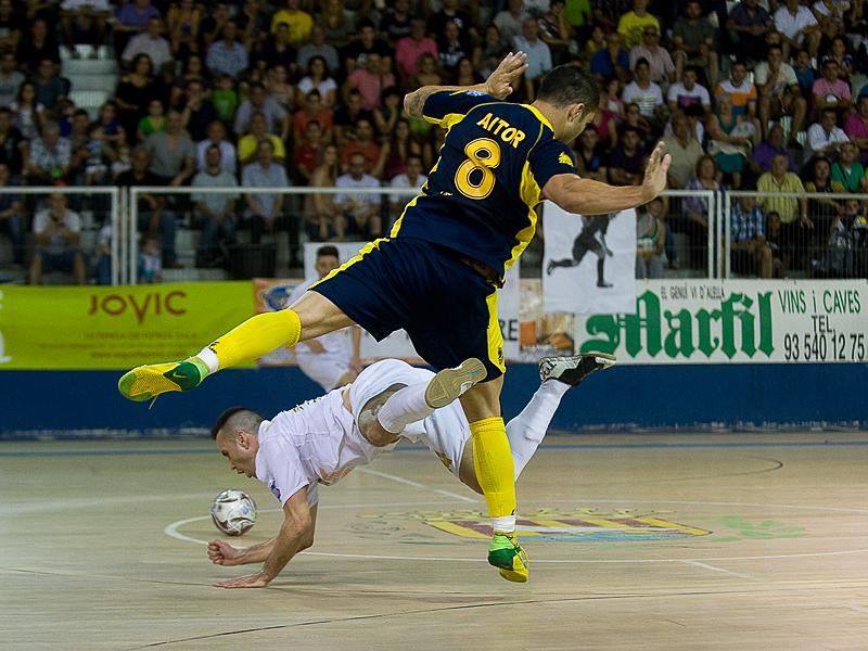 oscar redondo y aitor pugnan por un balon en la liga nacional de futbol sala
