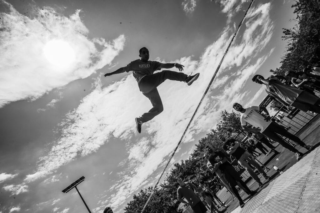 Acróbata saltando en una cuerda