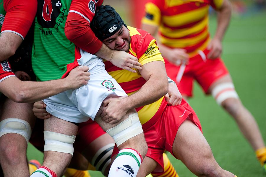 jugador de rugby empuja a otro e una mele Catalunya vs Euskadi