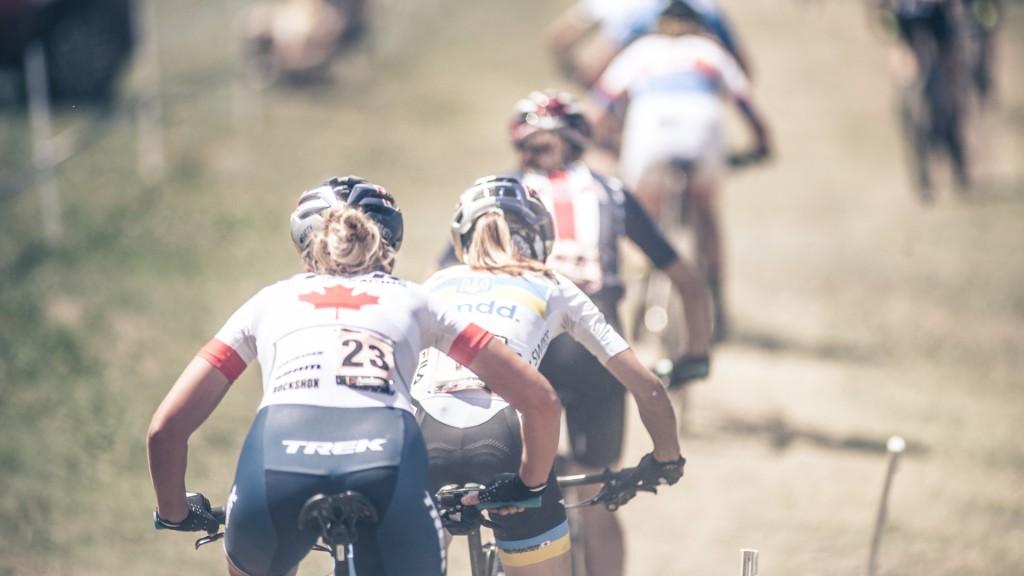 corredoras de mountain bike suben por un camino en la copa del mundo
