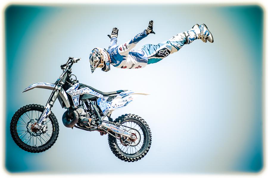 motorista salta por los aires con su moto