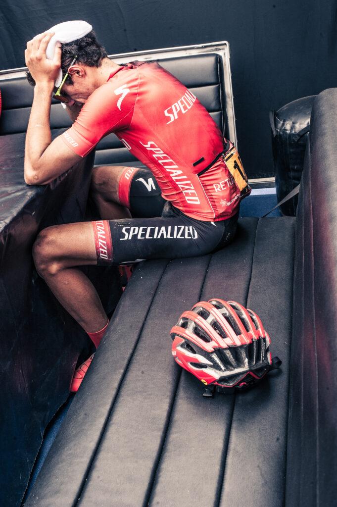 rider specialized exausto en el box del equipo