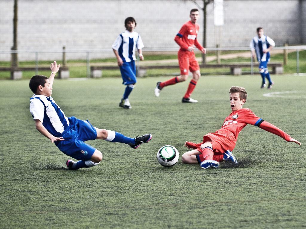 Espanyol-Inter juvenil luchando por un balón