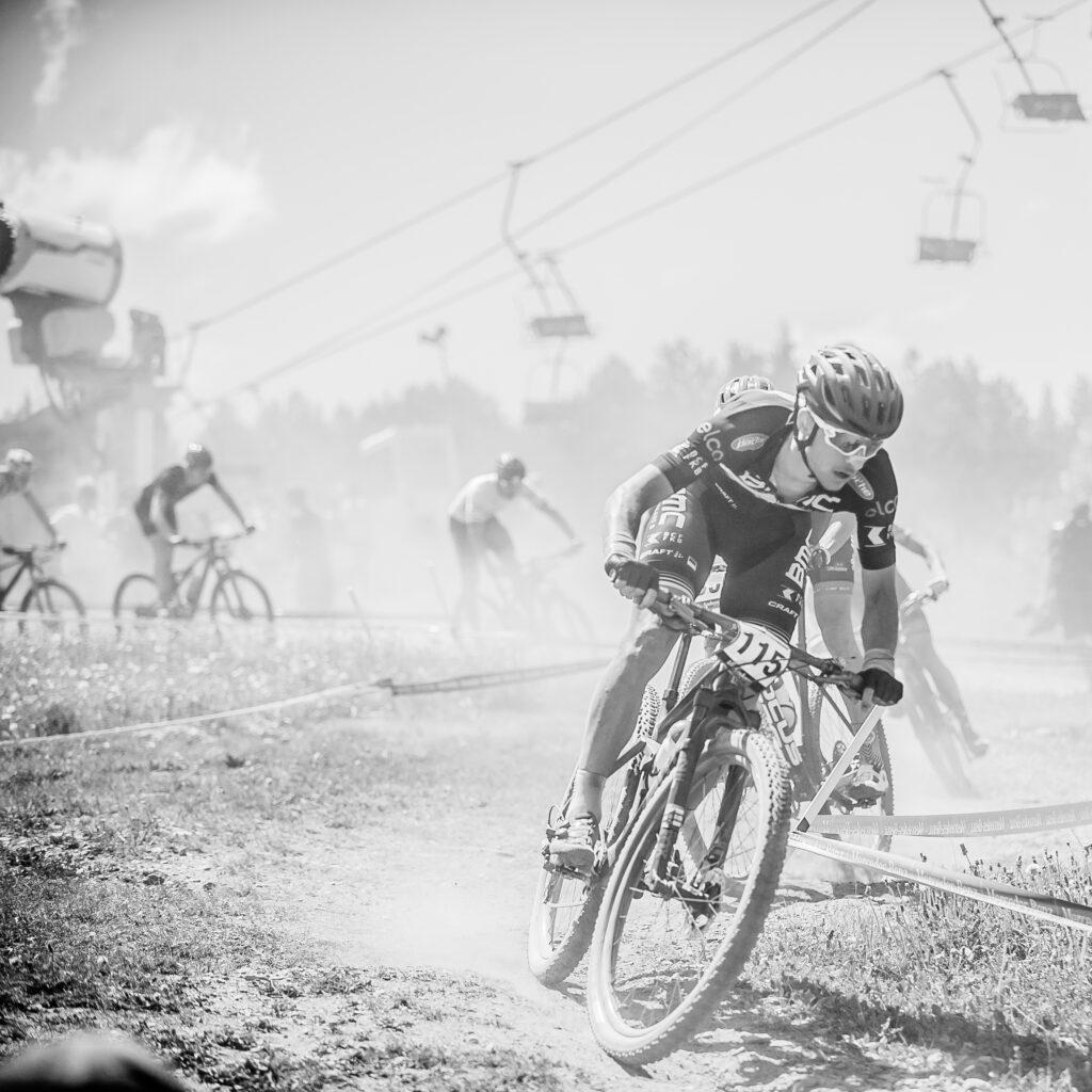 Ciclista mtb descenso de la uci world cup