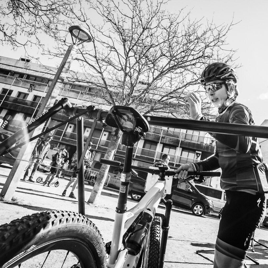 Annika Langvad Specialized coje su bicicleta en la Copa Catalana Mtb